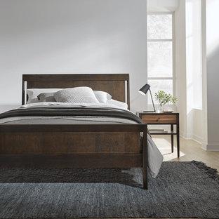 Foto de dormitorio principal, actual, de tamaño medio, con paredes blancas, suelo de bambú y suelo beige