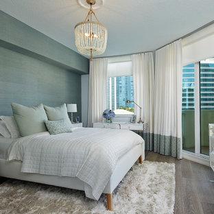 Diseño de dormitorio tradicional renovado con paredes verdes y suelo de madera en tonos medios