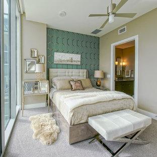 Ejemplo de dormitorio principal, tradicional renovado, pequeño, con paredes verdes y moqueta