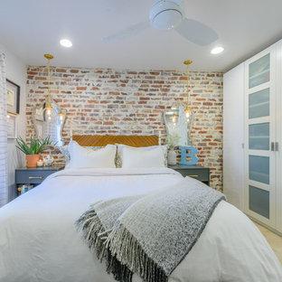 Foto di una piccola camera matrimoniale stile shabby con parquet chiaro, pavimento beige e pareti bianche