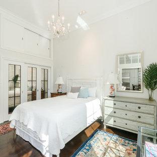 Foto di una camera padronale in campagna di medie dimensioni con pareti bianche, parquet scuro, nessun camino e pavimento marrone