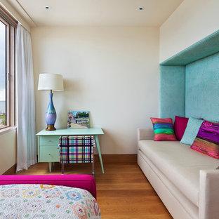 Imagen de dormitorio principal, contemporáneo, de tamaño medio, sin chimenea, con paredes rosas, moqueta y suelo rosa
