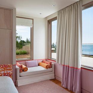 Idéer för mellanstora funkis huvudsovrum, med rosa väggar, heltäckningsmatta och rosa golv