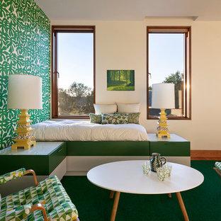 Foto de dormitorio principal, contemporáneo, de tamaño medio, sin chimenea, con paredes beige, moqueta y suelo verde