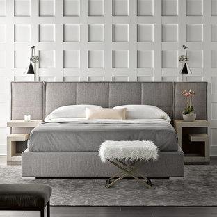 Foto di una camera matrimoniale minimalista con pareti bianche, parquet scuro e pavimento nero