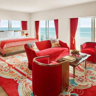 Diseño de dormitorio principal, exótico, grande, sin chimenea, con paredes beige, suelo de madera clara y suelo beige