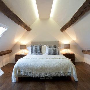 Inspiration pour une chambre design avec un mur blanc, un sol en bois foncé et aucune cheminée.