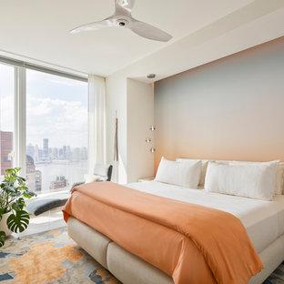 ニューヨークのコンテンポラリースタイルのおしゃれなゲスト用寝室 (マルチカラーの壁、淡色無垢フローリング、ベージュの床) のインテリア