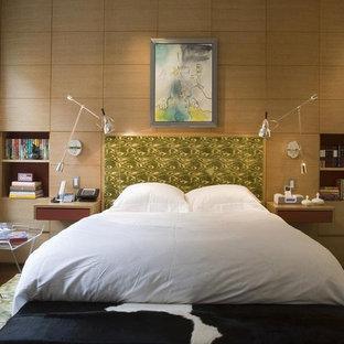 Idee per una camera da letto contemporanea con pareti beige e parquet scuro