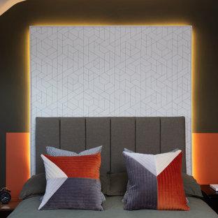 Ejemplo de dormitorio actual, de tamaño medio, con paredes multicolor