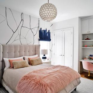 サンフランシスコのコンテンポラリースタイルのおしゃれな寝室 (白い壁、無垢フローリング、茶色い床) のインテリア