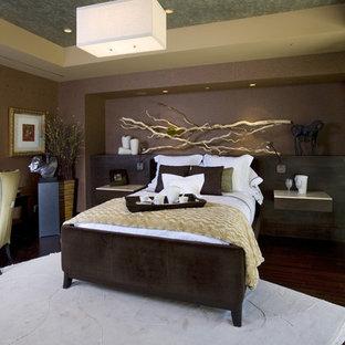 ラスベガスのコンテンポラリースタイルのおしゃれな寝室 (茶色い壁、濃色無垢フローリング、茶色い床)