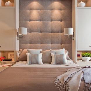Idéer för ett mellanstort modernt huvudsovrum, med beige väggar och heltäckningsmatta
