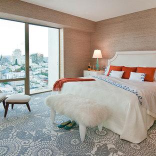 Idée de décoration pour une chambre avec moquette design avec un mur beige et un sol multicolore.