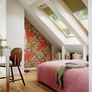Foto di una camera da letto minimal con pareti bianche e pavimento in legno massello medio