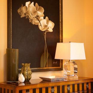 Idée de décoration pour une chambre design avec un mur beige.