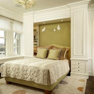 Ejemplo de dormitorio contemporáneo con paredes verdes y suelo de madera oscura