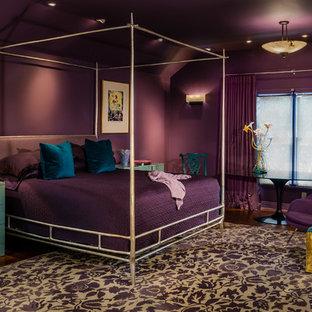 Bild på ett funkis sovrum, med lila väggar och mörkt trägolv