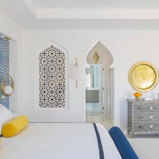 Diseño de dormitorio principal, actual, grande, con paredes blancas, suelo de mármol y suelo blanco
