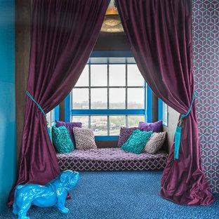 Diseño de dormitorio principal, actual, de tamaño medio, sin chimenea, con paredes púrpuras y moqueta
