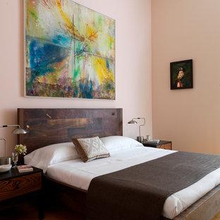 ニューヨークのコンテンポラリースタイルのおしゃれな主寝室 (ピンクの壁) のインテリア