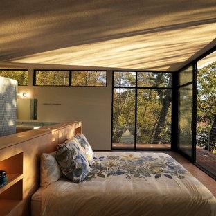 ブリッジポートの大きいコンテンポラリースタイルのおしゃれな主寝室 (ベージュの壁、コルクフローリング、暖炉なし、茶色い床) のレイアウト
