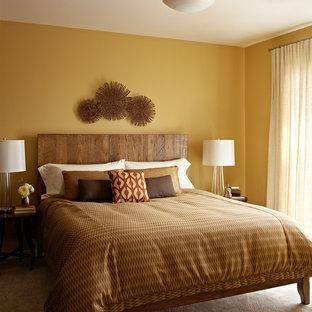 サンフランシスコの小さいコンテンポラリースタイルのおしゃれな主寝室 (黄色い壁、無垢フローリング)