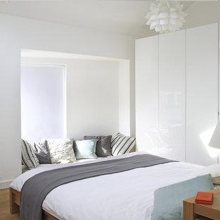 Ispirazione per una camera matrimoniale minimal con pareti bianche