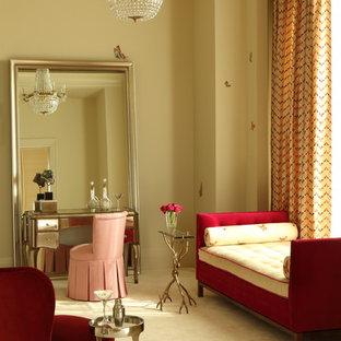 他の地域のコンテンポラリースタイルのおしゃれな寝室 (ベージュの壁、カーペット敷き、黄色い床) のレイアウト