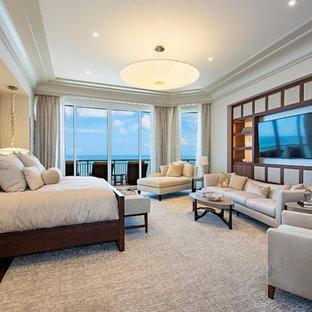 ミネアポリスのコンテンポラリースタイルのおしゃれな主寝室 (ベージュの壁、濃色無垢フローリング、茶色い床)