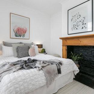 ホバートのコンテンポラリースタイルのおしゃれな寝室 (白い壁、無垢フローリング、標準型暖炉、木材の暖炉まわり) のレイアウト