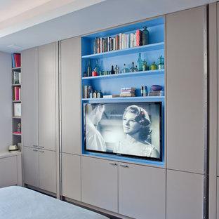 На фото: спальня в современном стиле с белыми стенами и темным паркетным полом с