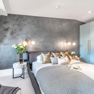 Идея дизайна: гостевая спальня в стиле современная классика с серыми стенами, ковровым покрытием и белым полом