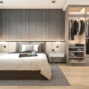 Idee per una piccola camera da letto stile loft minimal con pareti grigie, pavimento in bambù, nessun camino, cornice del camino in perlinato, pavimento beige, soffitto a cassettoni e pannellatura