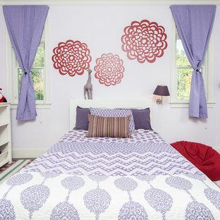 Idéer för stora shabby chic-inspirerade sovrum, med lila väggar och mellanmörkt trägolv