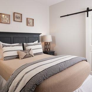 Foto de habitación de invitados contemporánea, pequeña, con paredes grises y suelo laminado