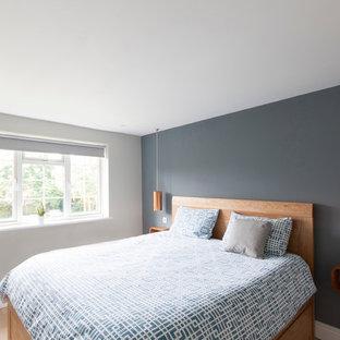 На фото: хозяйская спальня в современном стиле с кроватью у окна с