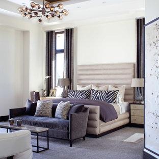 На фото: хозяйская спальня в современном стиле с белыми стенами, ковровым покрытием и фиолетовым полом без камина