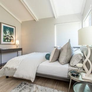 Modelo de dormitorio principal, contemporáneo, pequeño, con paredes grises, suelo vinílico y suelo multicolor