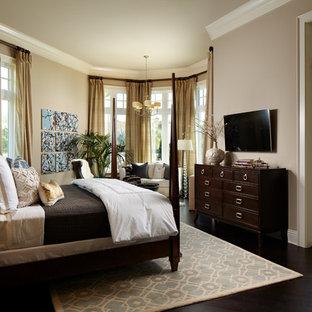 Idéer för vintage huvudsovrum, med beige väggar, bambugolv och brunt golv