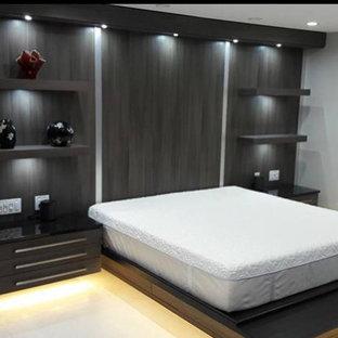 Foto de dormitorio principal, contemporáneo, grande, sin chimenea, con paredes grises, suelo de mármol y suelo beige