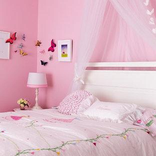 モントリオールの大きいコンテンポラリースタイルのおしゃれな寝室 (ピンクの壁、淡色無垢フローリング) のレイアウト