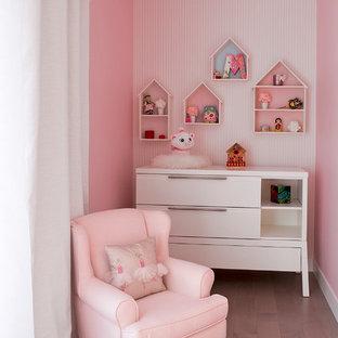 モントリオールの大きいコンテンポラリースタイルのおしゃれな寝室 (ピンクの壁、淡色無垢フローリング)