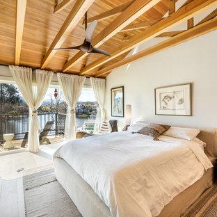 Großes Modernes Hauptschlafzimmer mit weißer Wandfarbe, hellem Holzboden und beigem Boden in Los Angeles