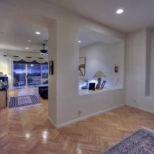 Geräumiges Modernes Hauptschlafzimmer mit beiger Wandfarbe und Travertin in Phoenix