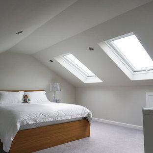 Foto på ett mellanstort funkis gästrum, med vita väggar, heltäckningsmatta och lila golv