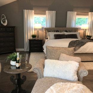 ボストンの大きいコンテンポラリースタイルのおしゃれな主寝室 (グレーの壁、無垢フローリング、横長型暖炉、漆喰の暖炉まわり、茶色い床) のレイアウト