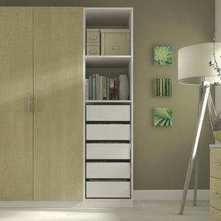 Imagen de dormitorio tipo loft, actual, grande, con paredes beige y suelo de linóleo