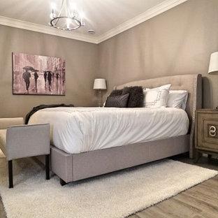 Imagen de dormitorio principal, actual, grande, con paredes grises, suelo vinílico y suelo gris