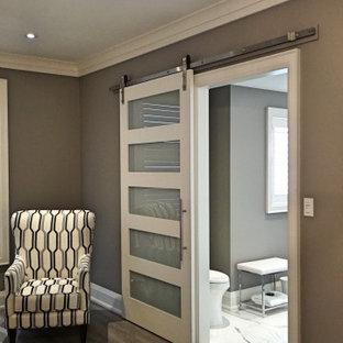 Foto de dormitorio principal, actual, grande, con paredes grises, suelo vinílico y suelo gris